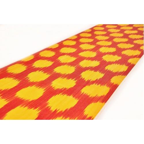 Красно-желтая ткань в горошек