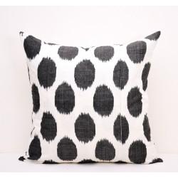Диванная подушка черная горошка